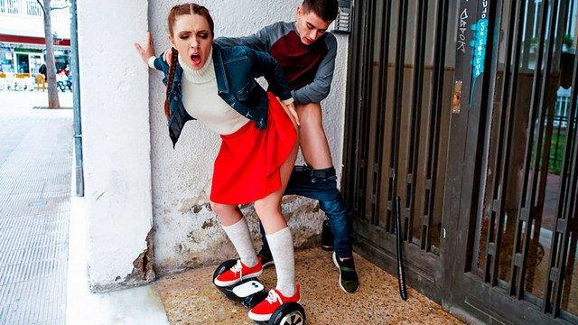 Девушка на гироскутере подцепила парня на улице и предложила поебатся