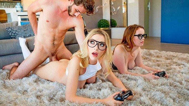 Парень трахает девчат в киски пока те играют в игру