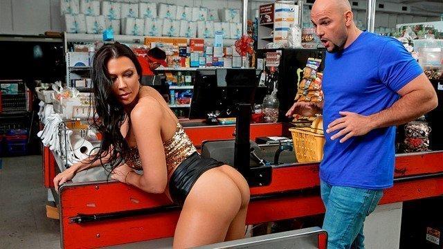 Покупательница соблазнила продавца и тот трахнул её на прилавке