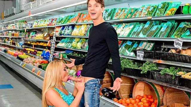 Нимфа достала член паренька и начала делать минет прямо в супермаркете