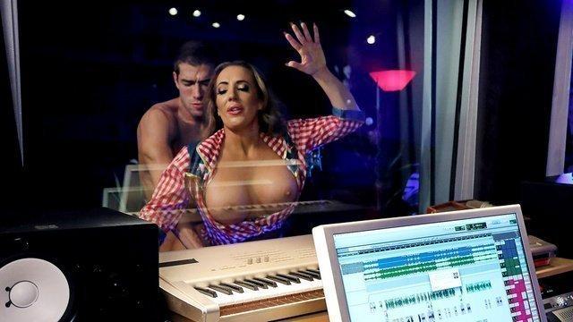 В студии парень жестко трахает грудастую милф в пизду