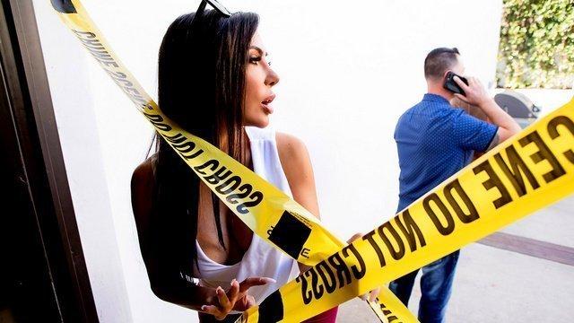 Полицейский трахает хозяйку дома вместо расследования
