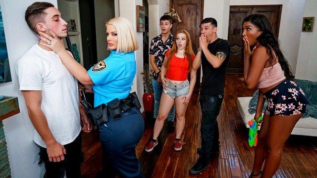 Пышная полицейская наказала нахального парнишку на вечеринке шикарным минетом и жестким трахом